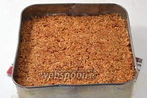 Яблоки (1,5 кг) очистить и натереть на крупной тёрке. Отжать от сока и соединить с сахаром (4 ст. л.). Выложить яблочный слой на кокосовый.
