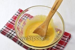Желтки (4 штуки) растереть с сахаром (150 г).