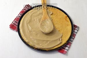 Щедро смазать кремом каждый корж, бока торта и верх.