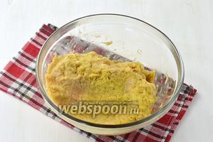 Картофель (6 штук) и 1 лук очистить и натереть на тёрке с самыми мелкими отверстиями. Слегка отжать сок.