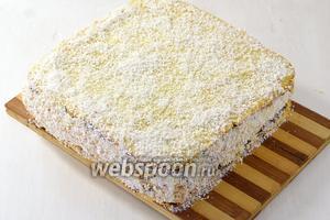 Бока и верх торта украсить кремом и обсыпать кокосовой стружкой. Торт готов.