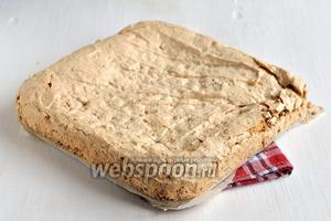 В качестве одного из коржей мы используем корж безе с орехами.