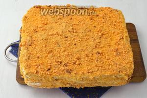 Также кремом смазать верх торта и бока. Обсыпать торт со всех сторон крошкой из обрезков коржей. Отправить торт для настаивания в холодильник минимум на 12 часов.