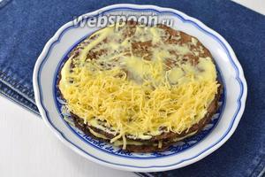Второй — столовой ложкой майонеза и натёртым сыром (всего сыра 200 г). Чередовать начинки, пока не закончатся все коржи.