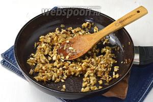 Добавить очищенные и мелко нарезанные шампиньоны (400 г). Жарить ещё 7-8 минут.