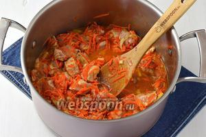 Добавить томатную пасту (2 ст. л.). Перемешать. Готовить 5 минут. Влить 300 мл воды и готовить под крышкой  30 минут.