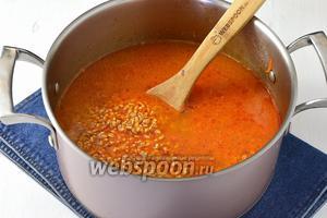 Добавить отжатую крупу, соль, перец и кипятка столько, чтобы жидкость была немного выше смеси.
