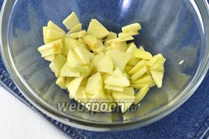 Яблоки (150 г) очистить, нарезать тонкими пластинками и сбрызнуть лимонным соком (1 ст.л.).