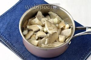 Как только вода закипит, добавить уксус (3,5 ст. л.), 1 лавровый лист, подготовленные грибы.