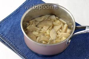 Довести до кипения и готовить под крышкой на маленьком огне 25 минут.