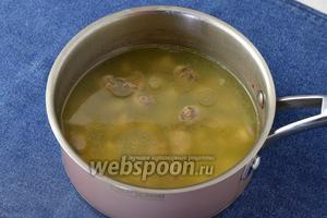 Куриные сердечки (600 г) промыть, очистить и отварить в подсоленной воде до готовности.