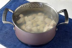Воду довести до кипения. Филе (400 г) промыть, нарезать средним кубиком и опустить в кипящую воду. Добавить соль. Готовить 5-7 минут.