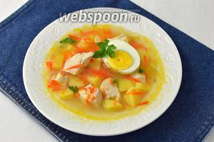 Перед подачей в каждую тарелку выложить половинку отваренного вкрутую яйца.