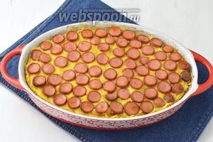 Готовить 30 минут в духовке, при температуре 180°С. Подавать запеканку с сосисками горячей.