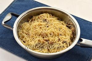 Соединить спагетти и грибы.