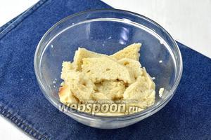 У белого хлеба (80 г) или батона срезать корки и замочить мякоть в молоке (100 мл).