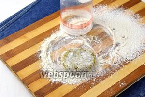 Набирать 2 столовых ложки массы и формировать котлеты, обваливая их в муке.