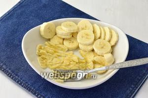 Бананы 2 штуки очистить от кожуры, нарезать небольшими кружочками  и потолочь вилкой до состояния пюре с небольшими кусочками.