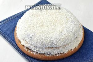 Накрыть вторым коржом. Оформить бока и верх торта кремом и посыпать кокосовой стружкой. Дать настояться торту в холодильнике минимум 1 час. Шоколадный торт с бананами и сметанным кремом готов.