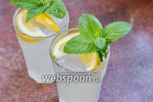 Украшаем листьями мяты. Имбирный лимонад готов!