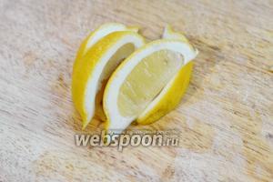 Нарезаем лимон ломтиками (для пары бокалов достаточно 1/3 лимона).
