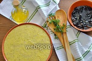 Блюдо готово! Осталось только разрезать поленту на порционные куски, выложить сверху соус и украсить 3 веточками тимьяна, при желании добавить сушёный базилик и паприку (по 1 г). Приятного аппетита!