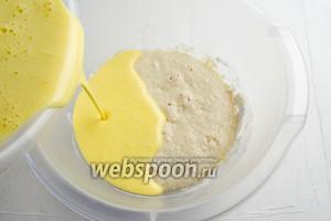 В подошедшую опару добавить яичную смесь.