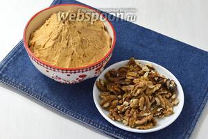 Для прослойки нам понадобится крем с варёной сгущёнкой (380 г) и маслом (350 г), а также слегка обжаренные грецкие орехи (0,5 стакана, вы можете использовать по желанию обжаренный арахис).