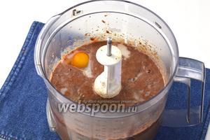 Добавить в чашу комбайна 4 яйца, 500 мл молока, соль (0,75 ст. л.), перец (0,25 ч. л.), растопленное сливочное масло (100 г) и ещё раз взбить.