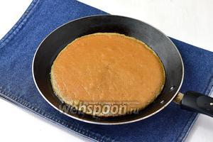 Жарить печёночные коржи на раскалённой сковороде. Первый раз смазать сковороду подсолнечным маслом (1 ст. л.). Коржи не должны быть тонкими.