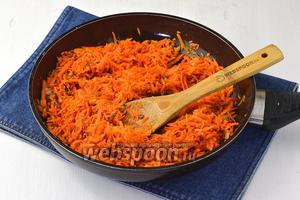 Добавить очищенную и натёртую на крупной тёрке морковь (2 штуки). Закрыть крышкой и тушить на небольшом огне 8-10 минут до готовности моркови. Охладить.