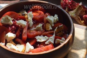 Руками разламываем сыр на небольшие кусочки, выкладываем поверх содержимого салатника.