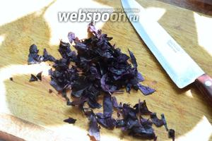 Нарезаем базилик (только листья, веточки не используем) тонкими полосками.