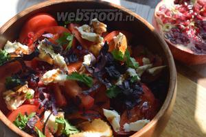 Присыпаем базиликом салат, сверху добавляем листочки кинзы.