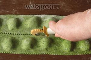 Накрываем пластом теста и разрезаем на равиоли.