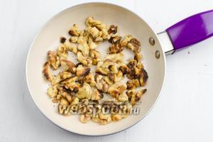 Орехи (150 г) очистить. Слегка обжарить. Измельчить с помощью скалки как можно мельче.