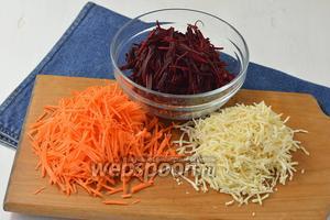 Морковь (1 шт.), сельдерей (0,5 шт.) и свёклу (1 шт.) очистить и натереть каждый овощ на тёрке для овощей по-корейски.