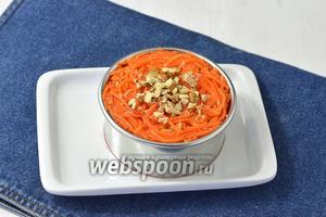 Выложить овощи слоями в кулинарное кольцо, слегка прижимая каждый слой. Сверху вложить нарезанные орехи (1-2 ст.л.).