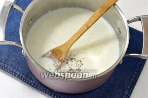 Добавить оставшееся молоко (2,5 ст.), растертые семена кардамона (4 шт.), сахар (8 ст.л.).  Варить на небольшом огне, пока рис не приобретет консистенцию густой каши (приблизительно 20 минут). Постоянно помешивайте, чтобы блюдо не пригорело.