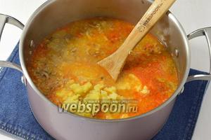 Добавить картофель, зажарку из овощей, перец и лавровый лист. Готовить ещё 2-3 минуты (до готовности пшена и капусты).