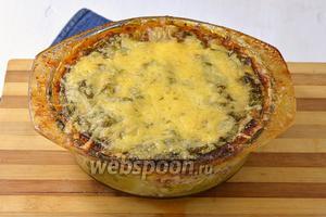 Запекать лазанью 40-50 минут при 180°С. За 5 минут до готовности посыпать поверхность лазаньи тёртым сыром. Капустная лазанья готова.