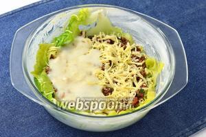 Посыпать частью тёртого сыра и опять смазать соусом.