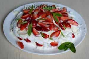 Теперь необходимо собрать Павлову. Для этого выкладываем половину крема и ягод на нижний корж, придавливаем верхним и выкладываем оставшийся крем и ягоды. Можно украсить листиками мяты. Готово! Приятного аппетита!