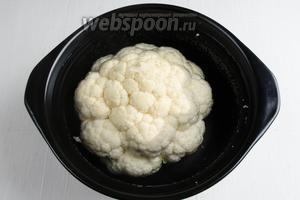 Цветную капусту залить холодной водой (1 л)с солью (большая щепотка) — на случай наличия жучков. Оставить на 15 минут. Воду слить. Залить горячей подсоленной водой. Поставить на огонь. Варить в течение 7-10 минут после закипания (в зависимости от размера капусты).