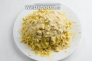 Посыпать сверху капусту подготовленным штрейзелем.