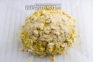 Выложить подготовленную капусту на пергамент. Запекать в горячей духовке при температуре 200°С в течение 40 минут до румяной корочки.