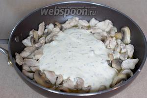Добавляем сметанный соус к индейке и грибам, перемешиваем и тушим ещё 30 минут под крышкой.
