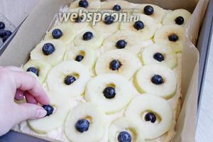 Яблоки кладем внахлест на крем. В середину ягоды. Ставим печься в разогретую духовку до 180°C на 25 минут. Можно ещё сверху посыпать молотым миндалем.