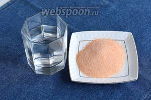 Для желейного слоя нам понадобится готовое желе в пакетике и вода (воды берите половину от указанной порции на пакете).