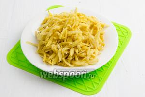 В глубокой посуде обсыпать подготовленный картофель мукой (1 ст.л.), смешанной с карри (1 ч.л.). Влага окончательно уйдёт.